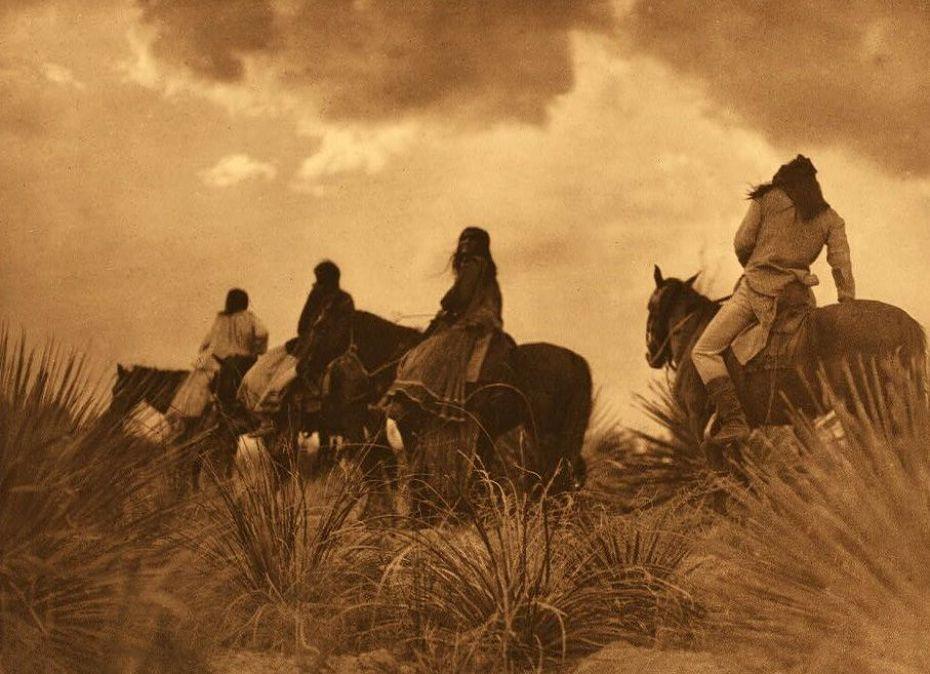 Indios Apaches cabalgando